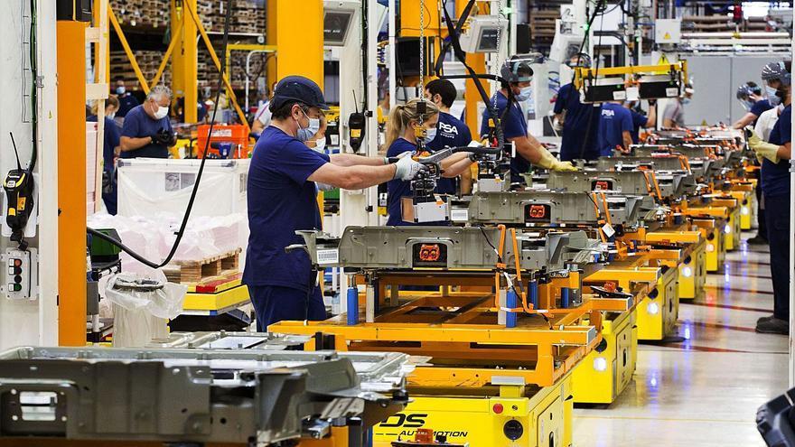 Chips y materias primas restan fuelle en Vigo a la industria, que aúpa al norte luso al pleno empleo