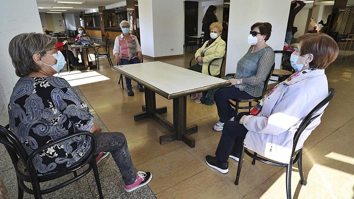 Varias usuarias del centro de mayores de Las Meanas, ayer, tras su reapertura.   R. Solís