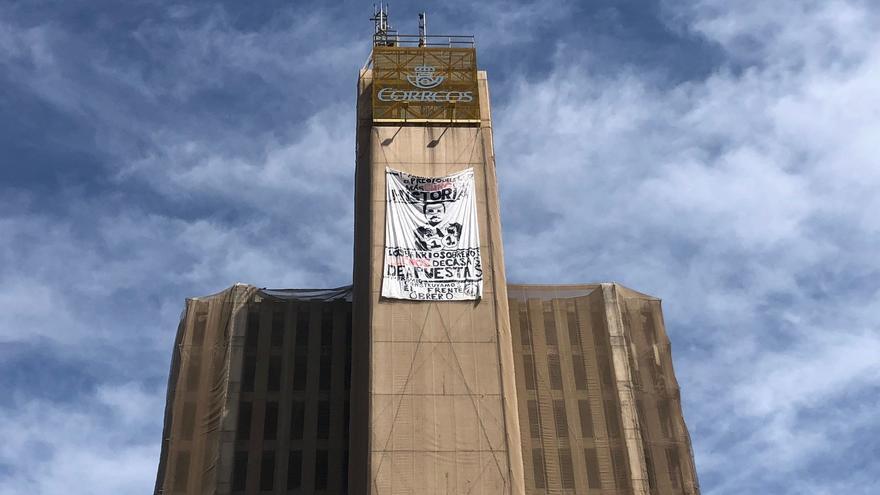 Pancarta contra Alberto Garzón en el antiguo edificio de Correos