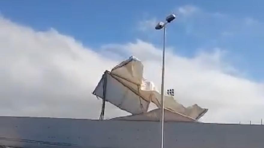 El fuerte viento destroza una carpa del polideportivo de Tías, en Lanzarote (14/05/2021)