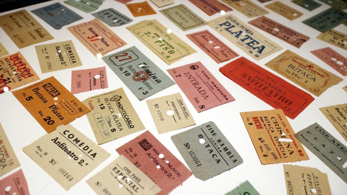 Diferents entrades de cinema d'entre els anys 1960 i 1980 donen la benvinguda a la mostra temporal del Museu del Cinema. Imatge del 22 de juny del 2021 (Horitzontal)