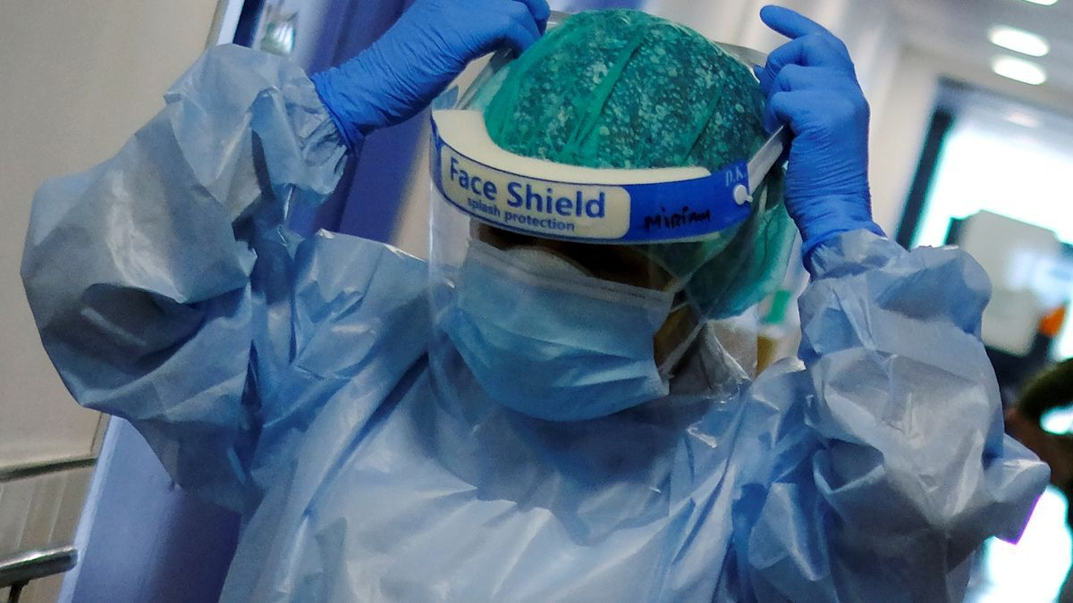 Una sanitaria se coloca una pantalla para protegerse del coronavirus.