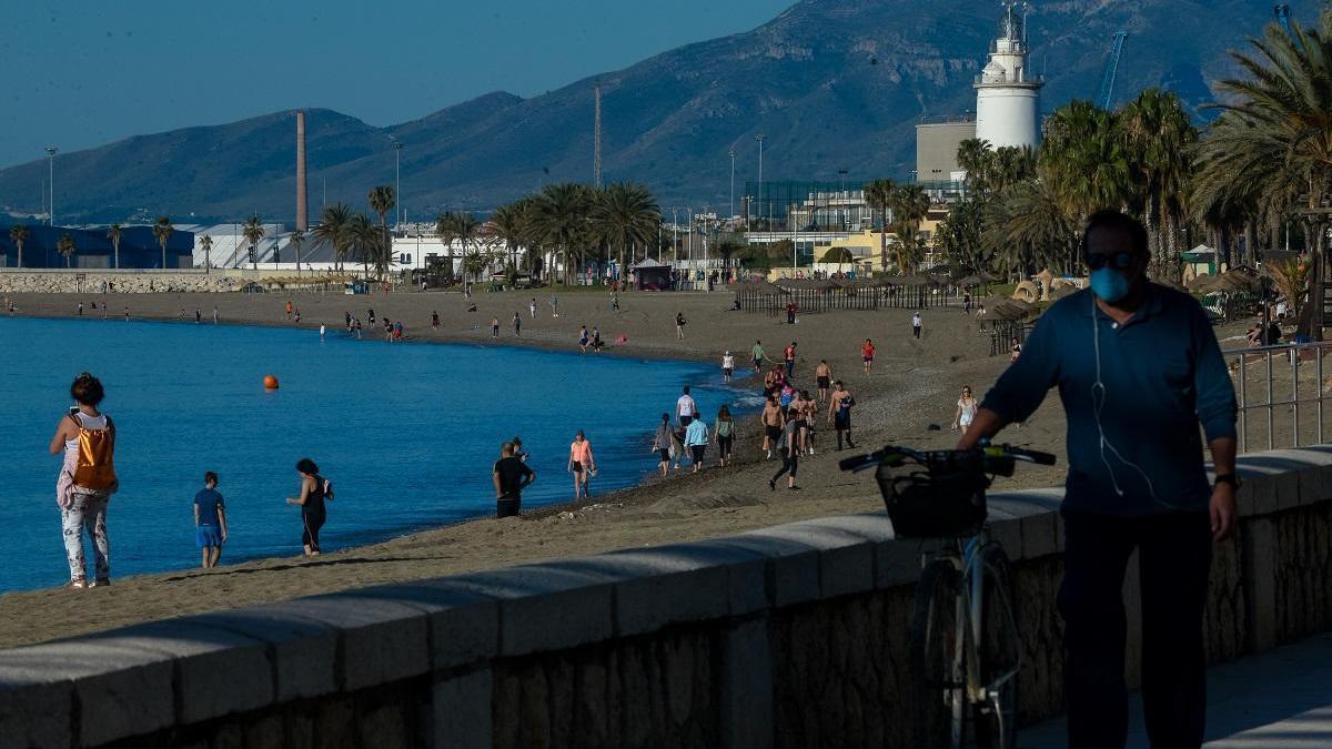 Malagueños paseando por la playa en el primer día en que se permitió su acceso.