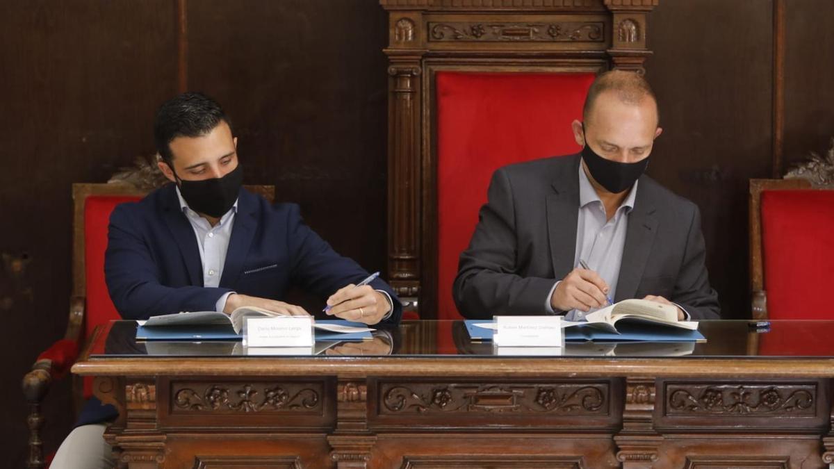 Moreno y Dalmau durante la firma del convenio