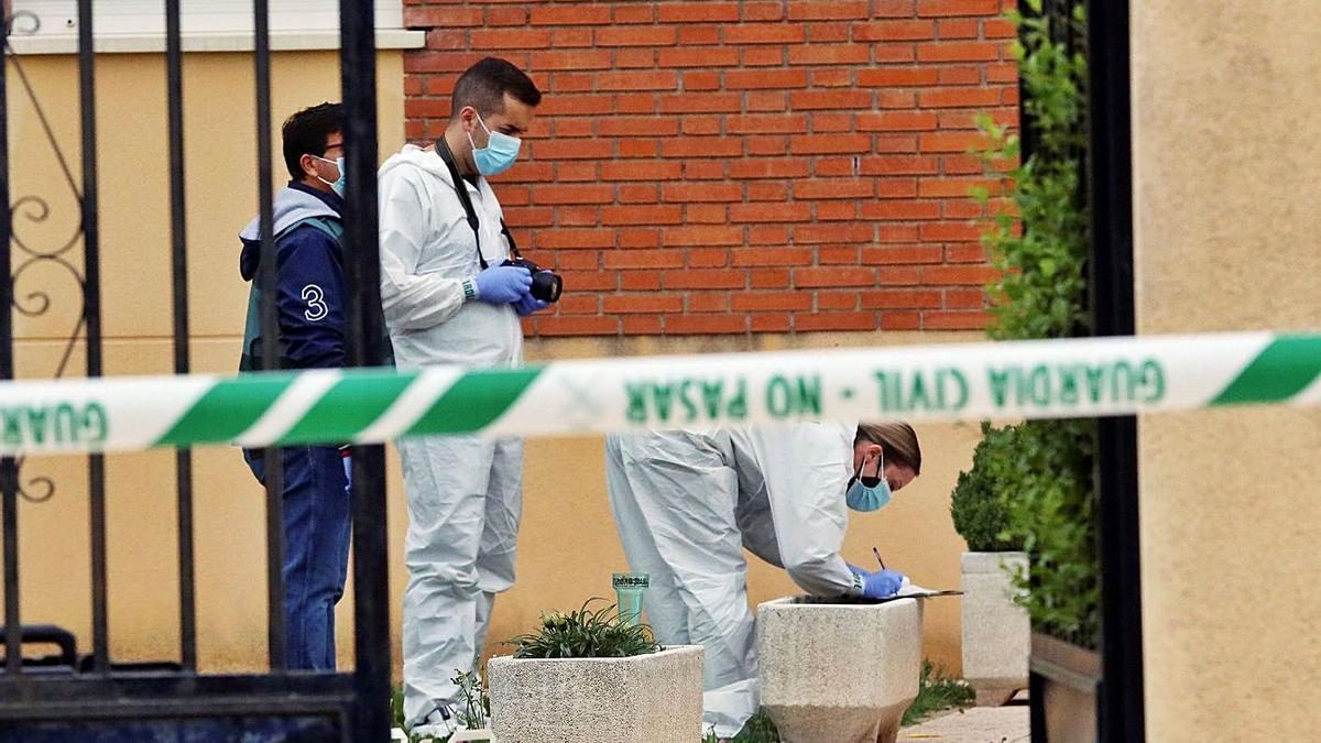 Los investigadores toman pruebas en el patio del inmueble donde se produjo el crimen en Salamanca.     // EFE
