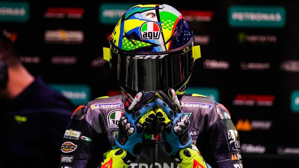 Valentino Rossi (Yamaha), concentrado antes de subirse a su moto en Losail.