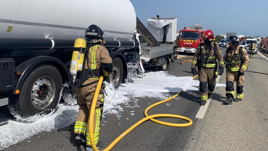Rescatan a un conductor tras colisionar dos camiones en la AP-7 en San Javier