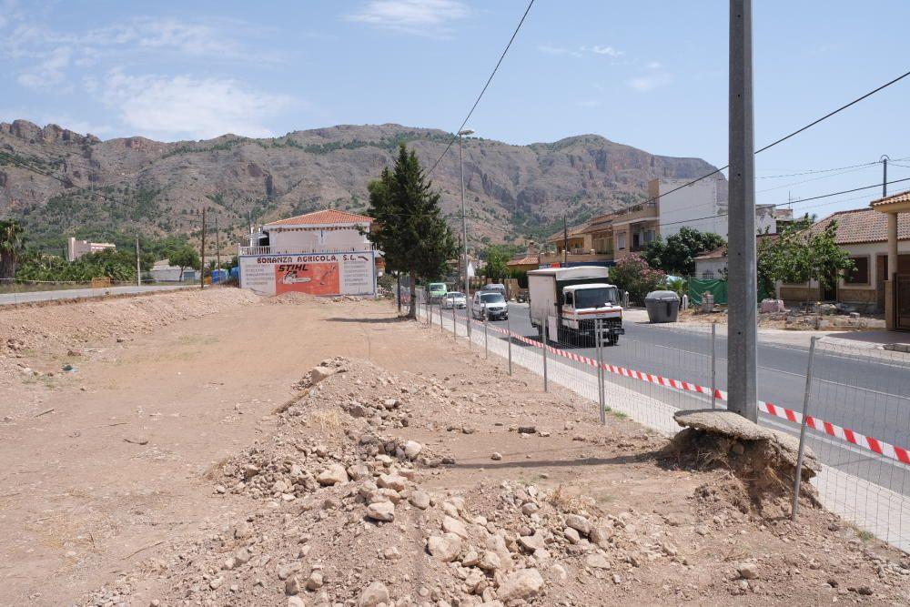 Obras del nuevo parque de Raiguero de Bonanza sobre 2.300 metros cuadrados en Orihuela que han sido reanudadas tras la paralización llevada a cabo por la demarcación de carreteras.