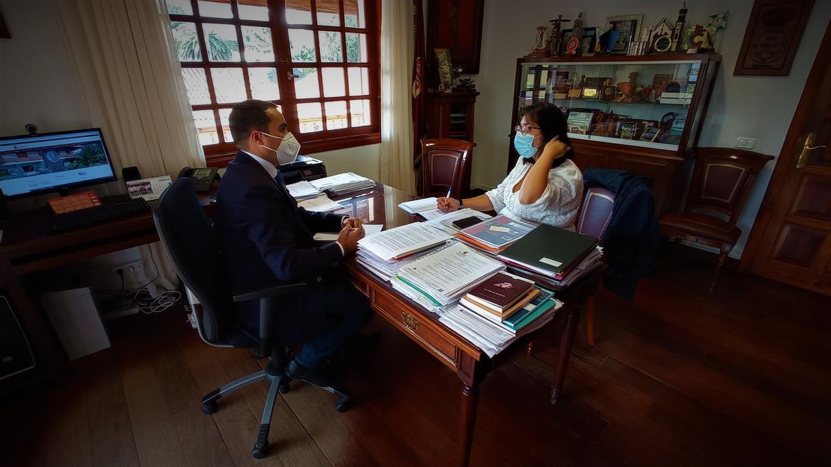 El alcalde de Tacoronte, José Daniel Díaz, reunido con la edil de Participación Ciudadana, Violeta Moreno