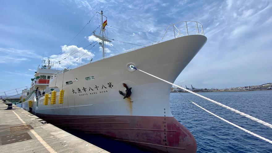 El atunero más moderno de Japón parte del Puerto de Las Palmas al Atlántico Norte