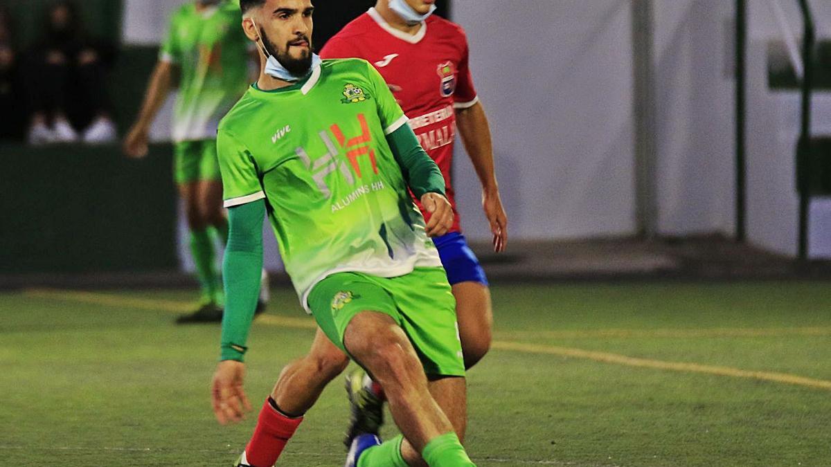 Una jugada del partido de Primera jugado en el Jairo Martín Arzola, entre el Guargacho y el Furia Arona. | | GABRIEL ARBELO