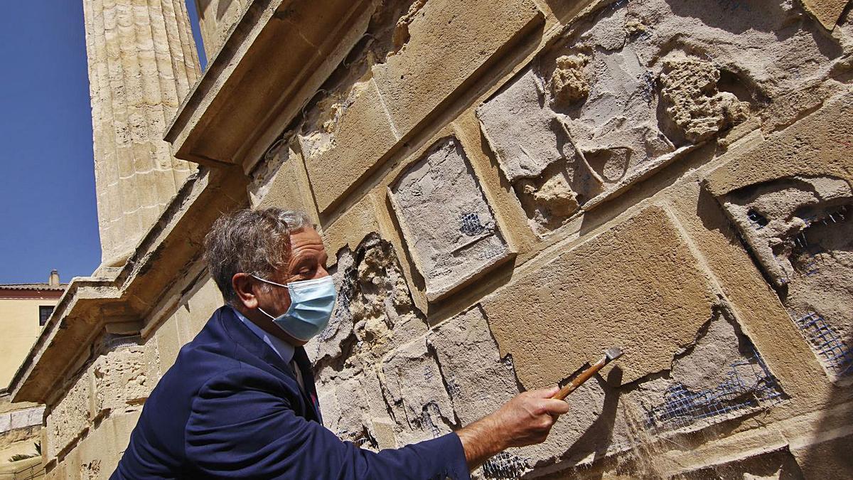 Salvador Fuentes ayuda en las labores de rehabilitación de la Puerta del Puente.