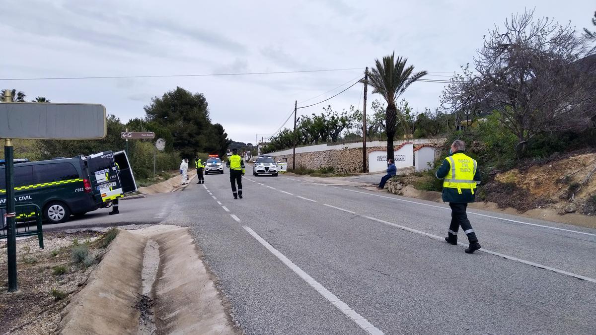 La Guardia Civil de Tráfico inspecciona el lugar del accidente