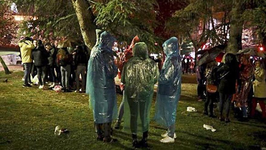 La lluvia reduce la asistencia el botellón de San Martín a unas decenas de jóvenes
