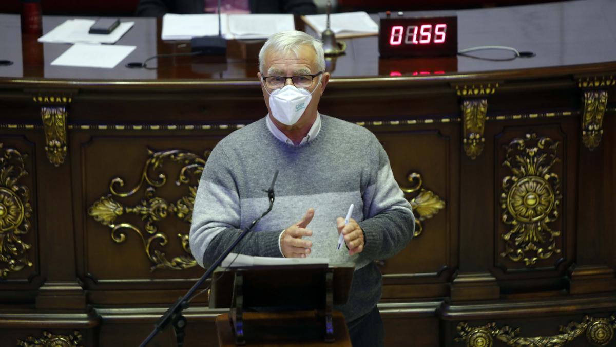 El alcalde Joan Ribó interviene en el pleno de València.