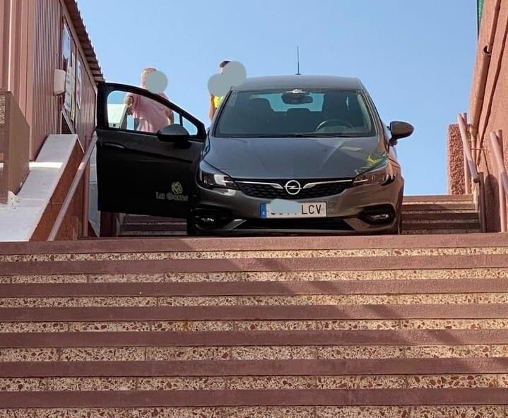 Un conductor baja con su vehículo por las escaleras del Centro Comercial Yumbo