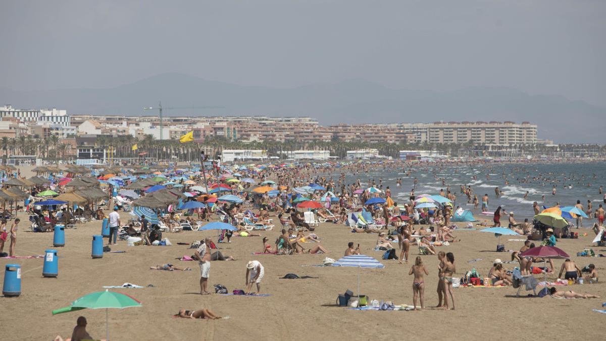 Vista general de las playas de València ciudad, ayer.