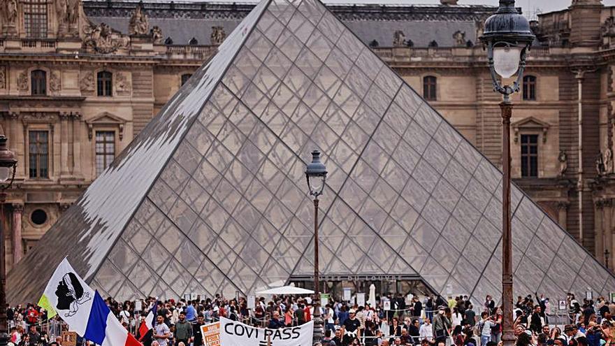 """Miles de franceses marchan contra la """"dictadura sanitaria"""""""