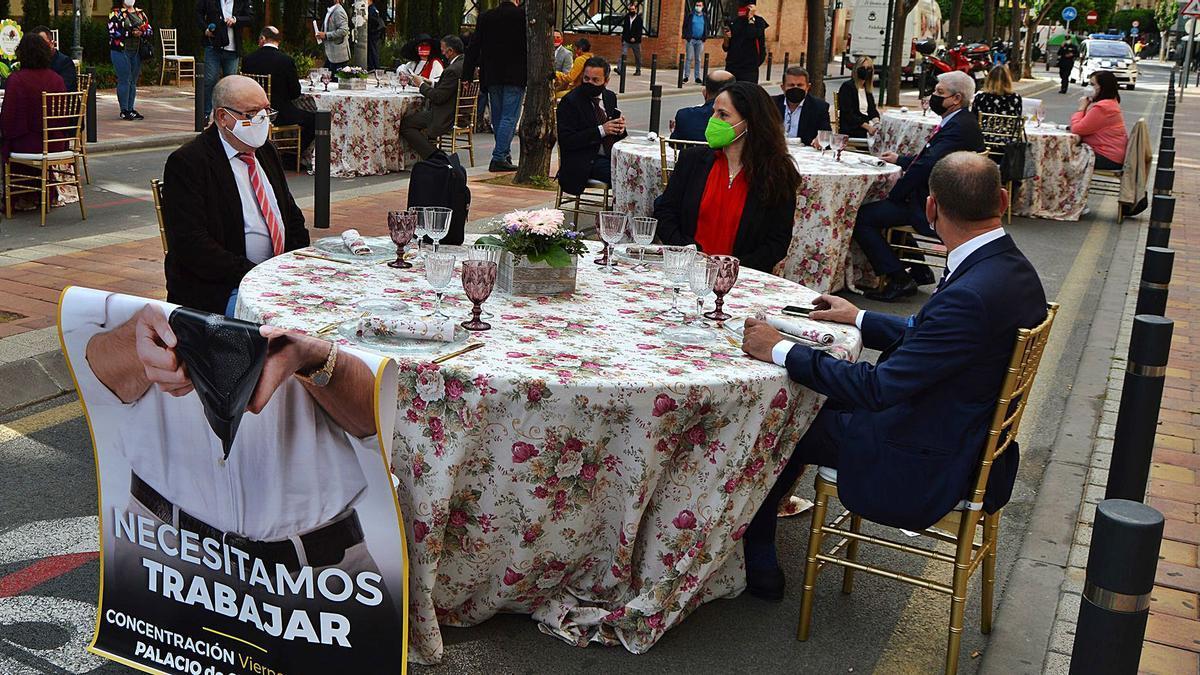La patronal de hostelería simuló la celebración de una boda ante el Palacio de San Esteban para protestar por las restricciones. | HOSTEMUR