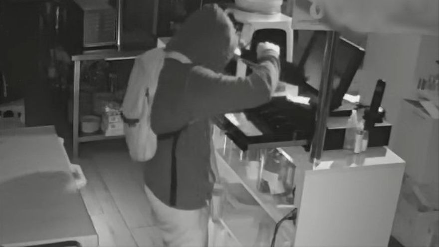 El detenido mientras cometía un robo.