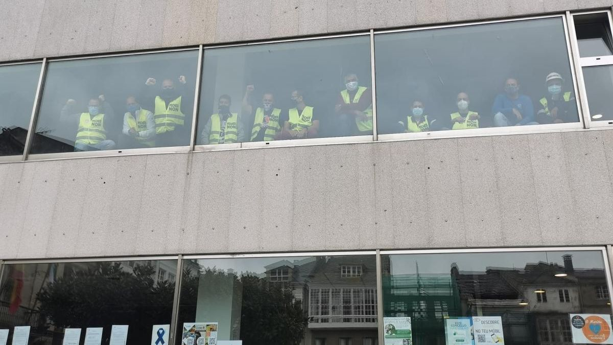 Los trabajadores de Alcoa dentro del concello de Viveiro. // FdV