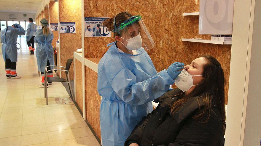 Ourense reduce a 2.240 los positivos COVID pero sube la presión hospitalaria con 153 ingresos
