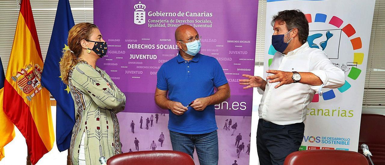 Gema Martínez, Juan Carlos Lorenzo y Fernando Rodríguez conversan durante la presentación de los datos