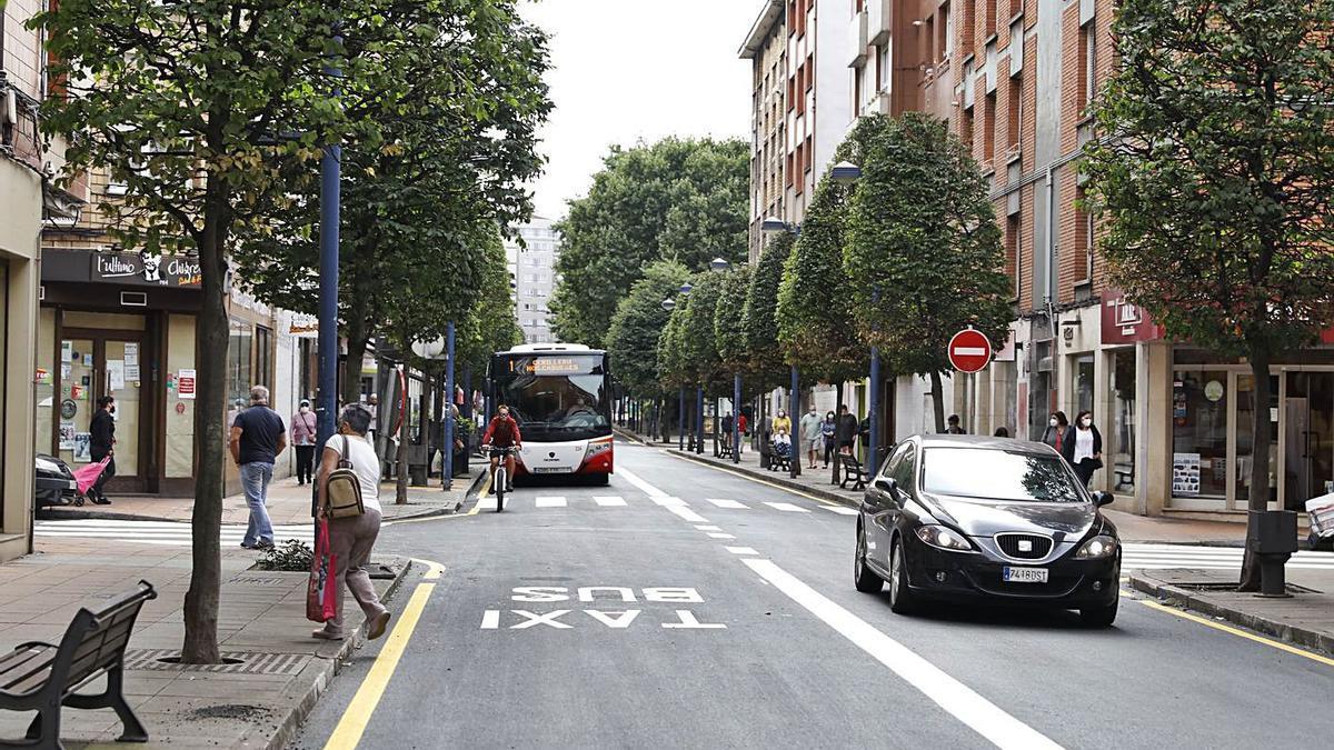 Un autobús de la línea 1 pasa por el carril señalizado para bus de la calle Gran Capitán. | Marcos León