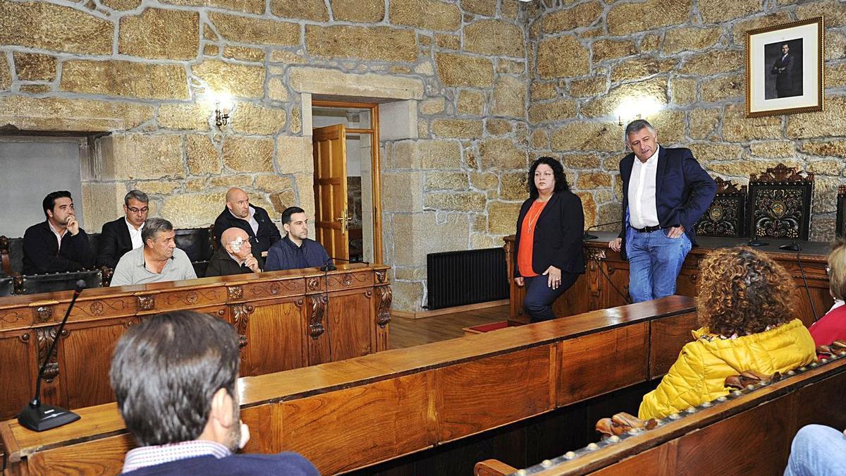 Manuel Cuiña y Pilar Peón, en una reunión con vecinos afectados por el proyecto. |   // BERNABÉ/JAVIER LALÍN