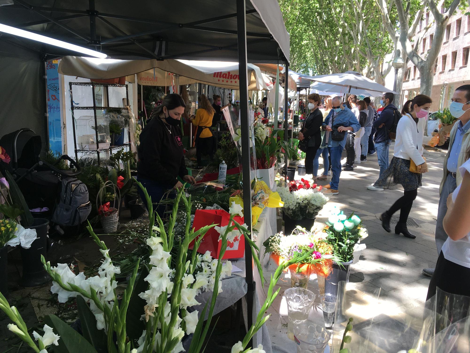 El Día de la Madre llena de flores y de gente la Rambla de Palma