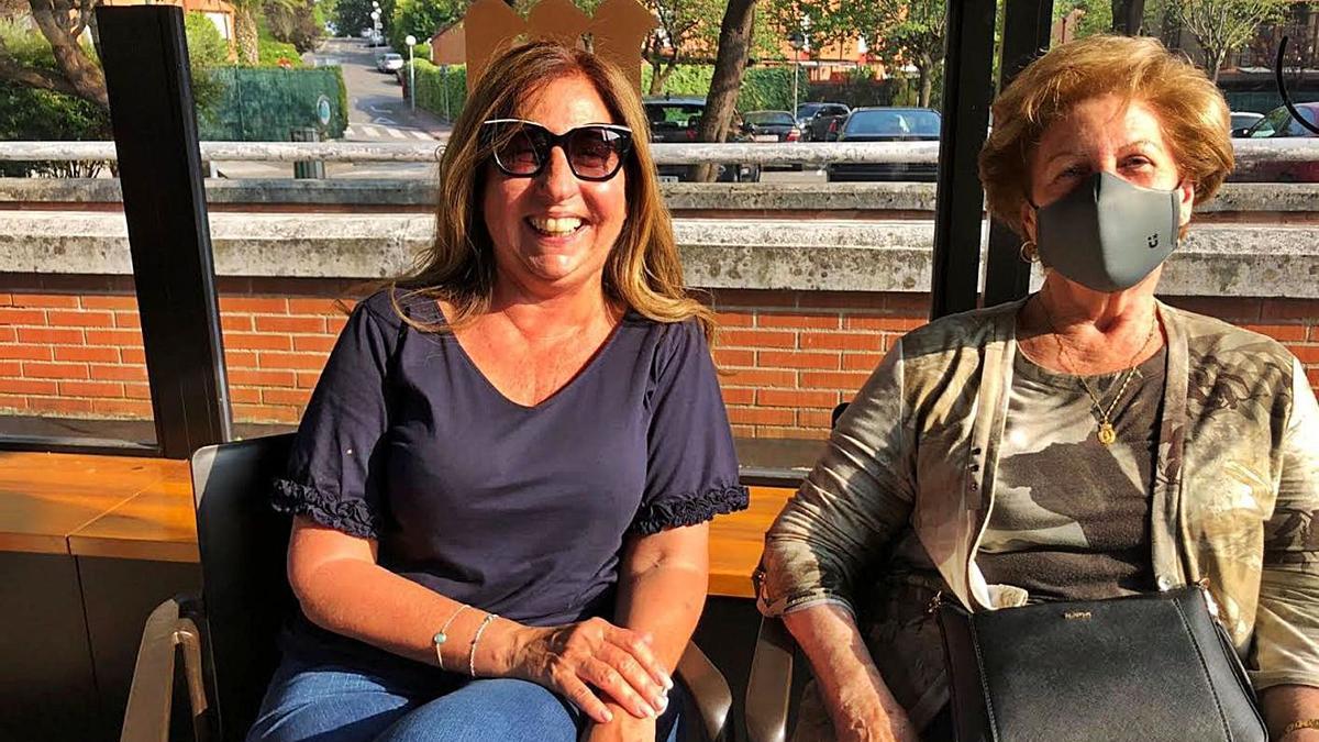 Por la izquierda, María Menéndez, junto a su madre, María Luisa Rodríguez, en la plaza Mayor de La Fresneda.   I. G.