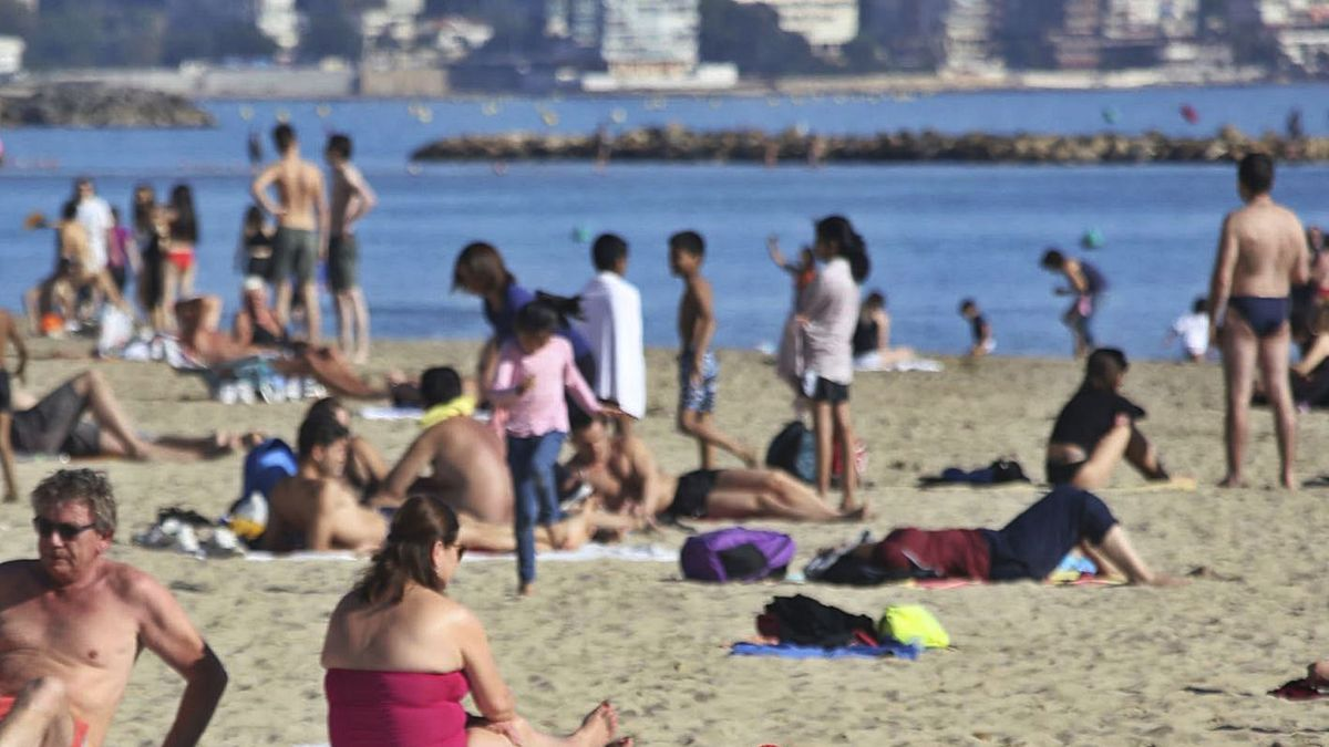 Tourists on the Postiguet beach in Alicante, last Christmas.  |  PILAR CORTÉS