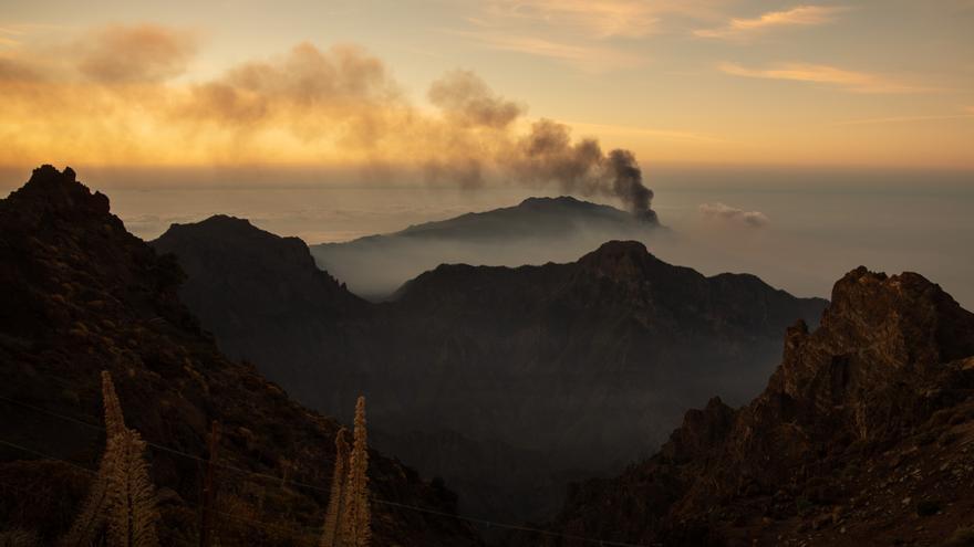 Varias bocas siguen erupcionando en la cima del volcán