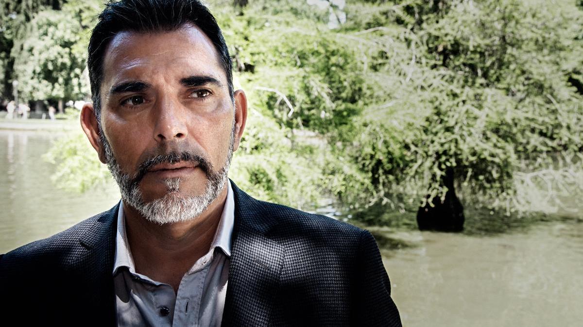 Víctor del Árbol localiza parte de su última novela en Extremadura