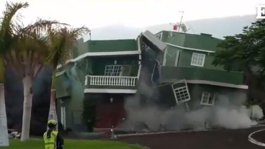 La lava comienza a destruir viviendas en el barrio llanense de Todoque