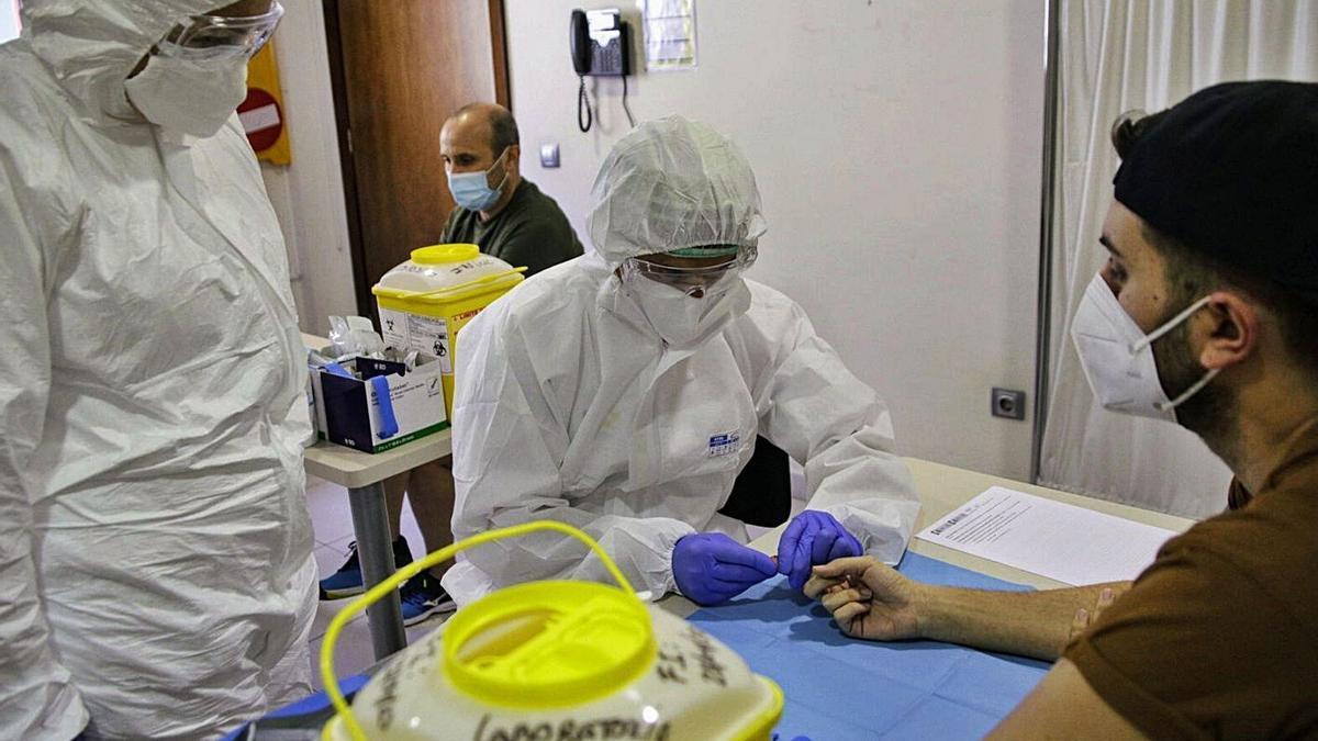 Dos sanitarios encargados de realizar el estudio EneCovid en el centro de salud del Puerto de la Cruz.