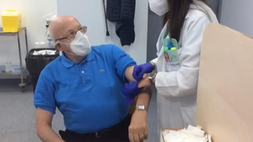 El Sergas inicia la vacunación simultánea de la gripe y el COVID en mayores de 80 años