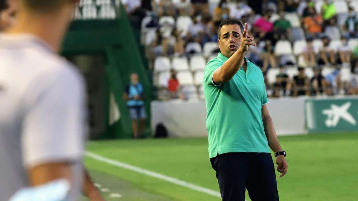Germán Crespo, técnico del Córdoba CF, da indicaciones a sus jugadores durante el partido ante el Cádiz B.