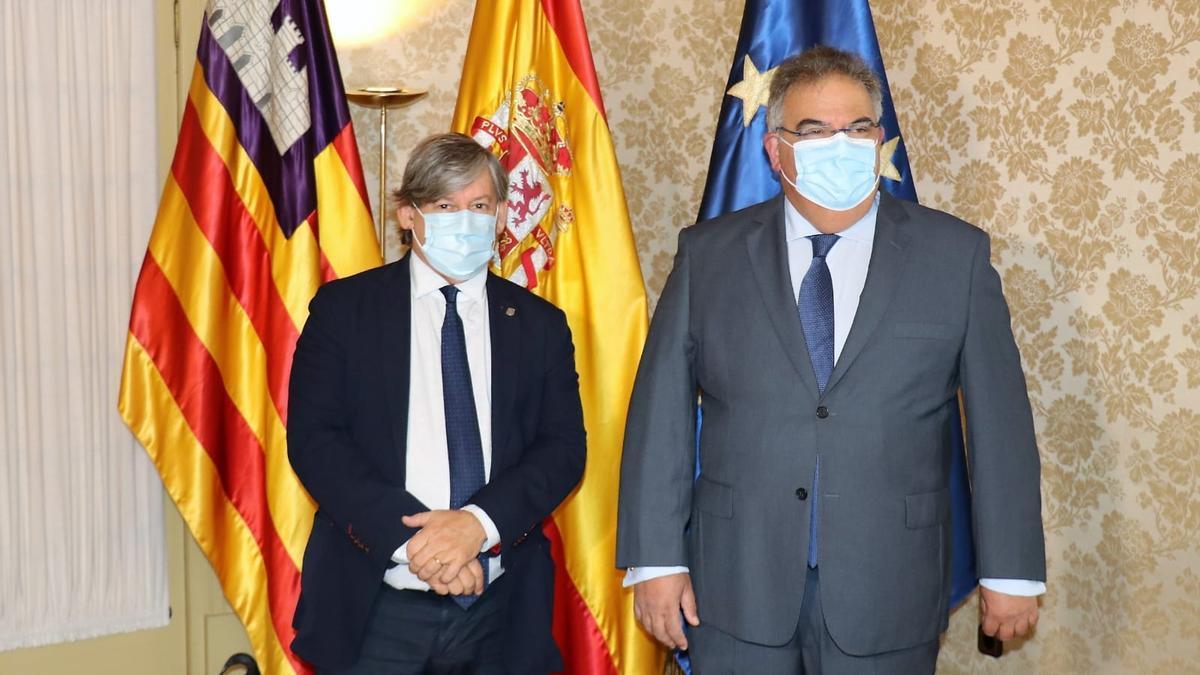 El fiscal superior de Baleares, Bartomeu Barceló, con el presidente del Parlament, Vicenç Thomàs.
