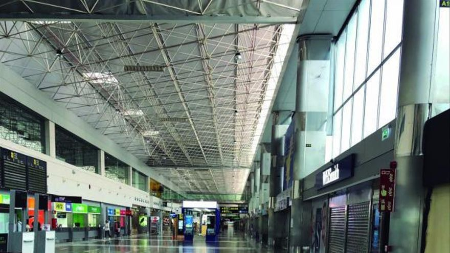 4.000 empleos en el aire por la disputa de AENA y los negocios de los aeropuertos