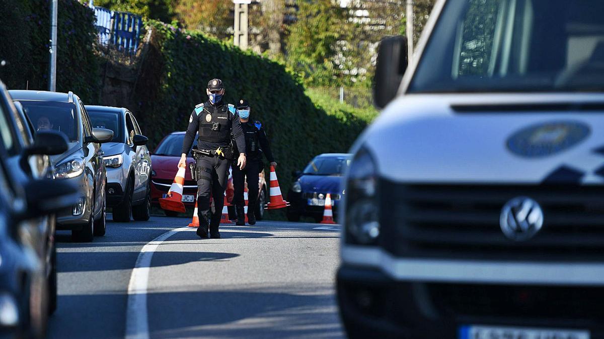 Un control policial realizado en Poio tras el primer decreto del cierre perimetral. |  // GUSTAVO SANTOS