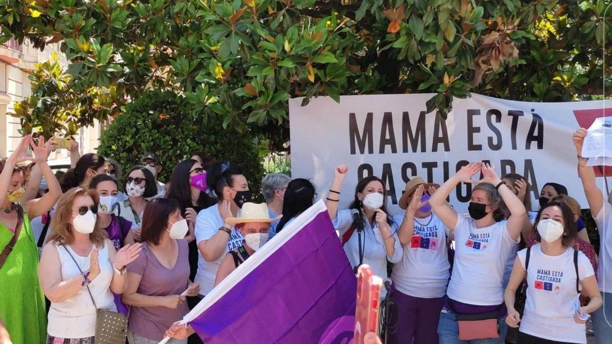 Mujeres en la concentración, este sábado en Badajoz