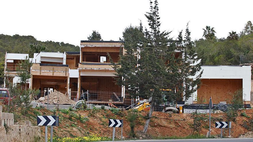 Los vecinos critican el «escándalo» de las casas de madera de Can Germà