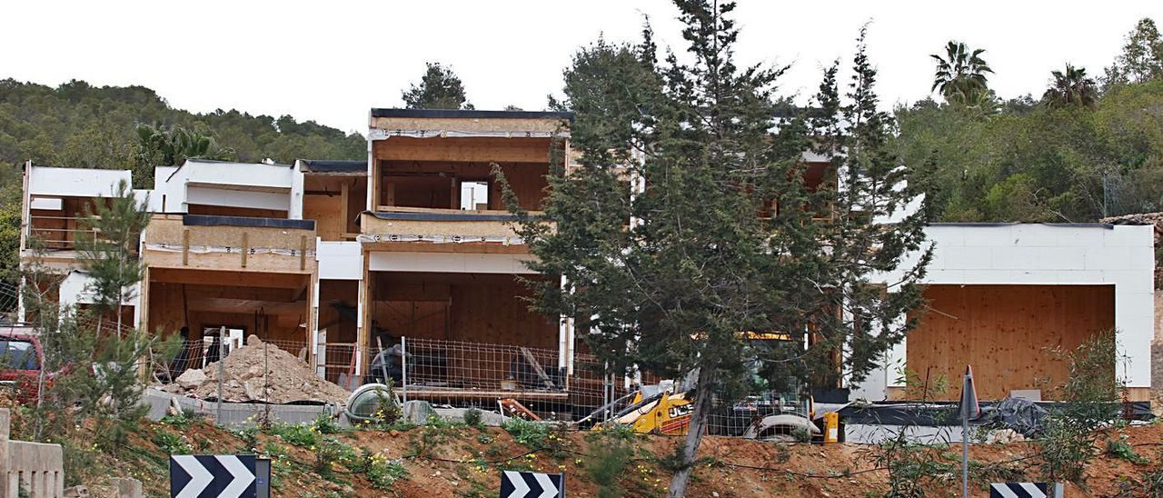 Las viviendas de madera que un grupo de médicos está construyendo en Can Germà.
