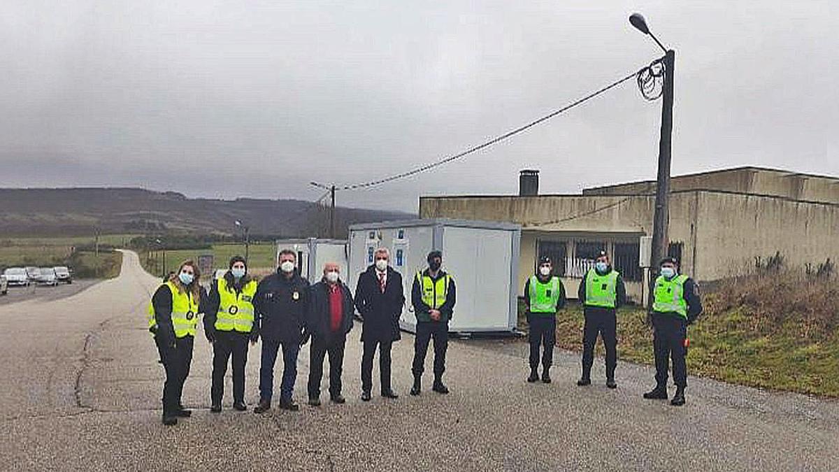 Alcaldes de Moimenta y Vinhais, y policías lusos, en el paso fronterizo abierto ayer.   | // FDV