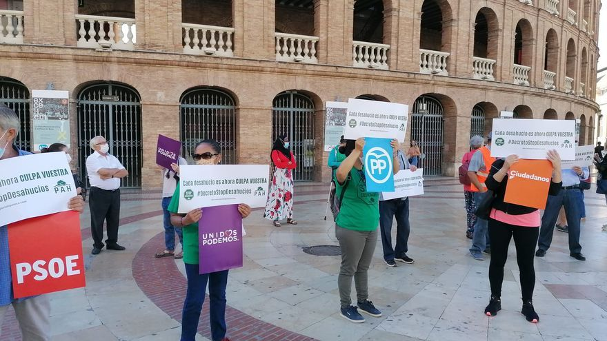 Concentración antidesahucios de la PAH en la plaza de toros de València