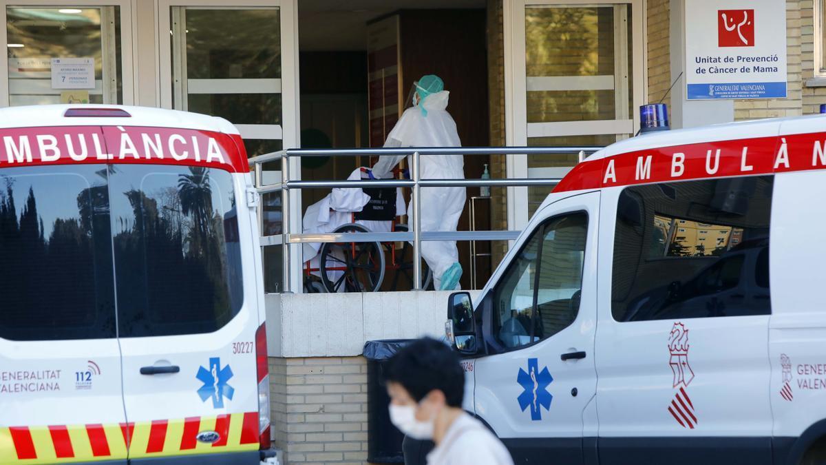 Entrada del antiguo hospital La Fe de València habilitado para casos covid