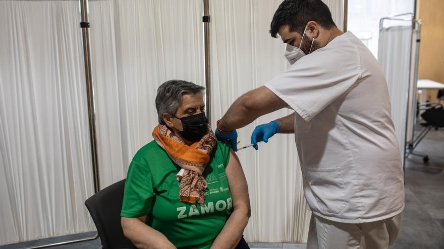 VÍDEO   Los zamoranos nacidos en 1956 se vacunan contra el coronavirus
