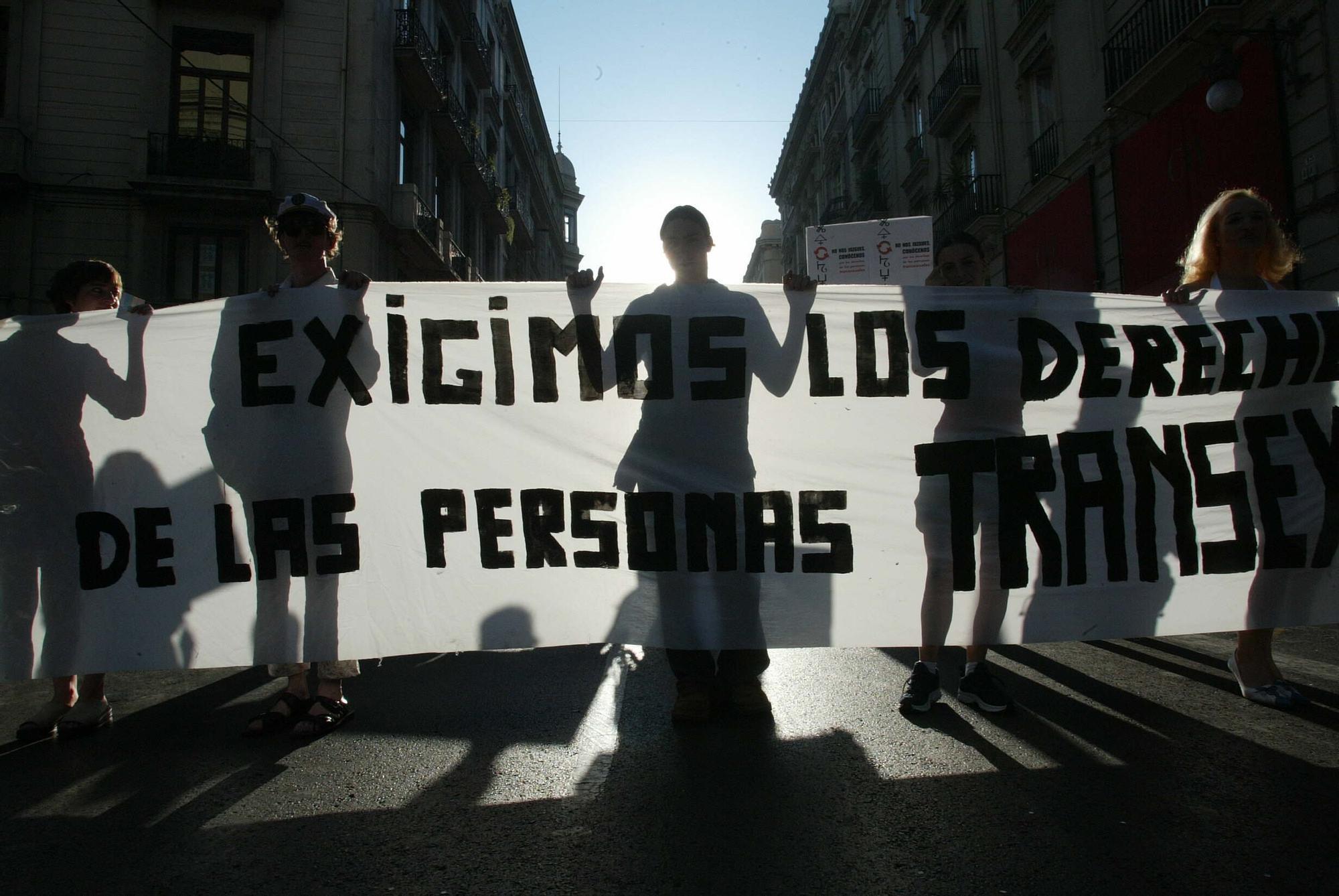 Manifestación de gais, lesbianas, trans y bisexuales en 2004 en València