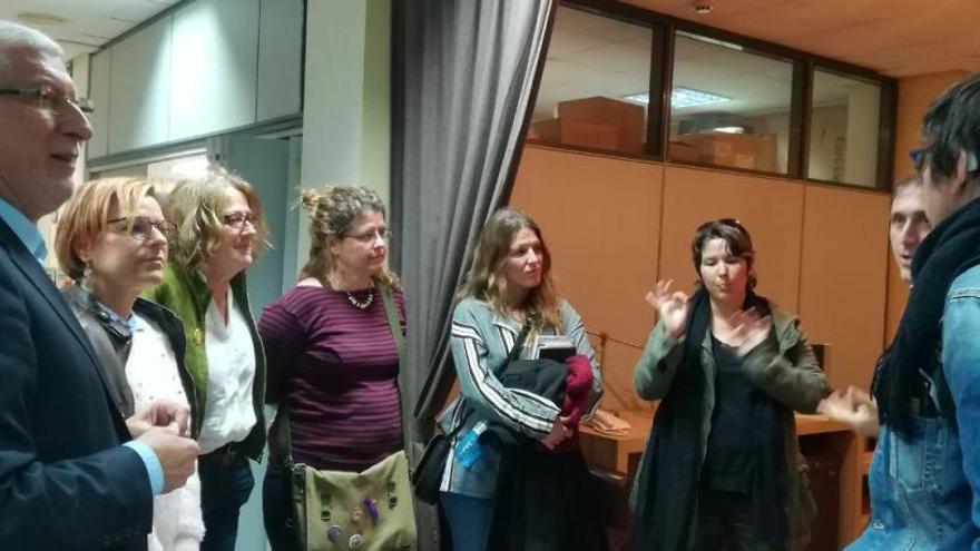 Las candidatas de Podemos visitan el barrio de La Coma
